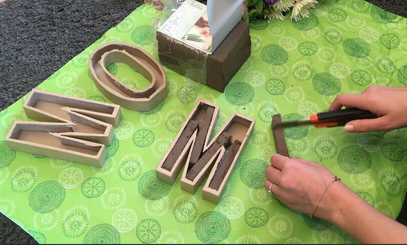 DIY Muttertagsgeschenk Steckschaum zurechtschneiden