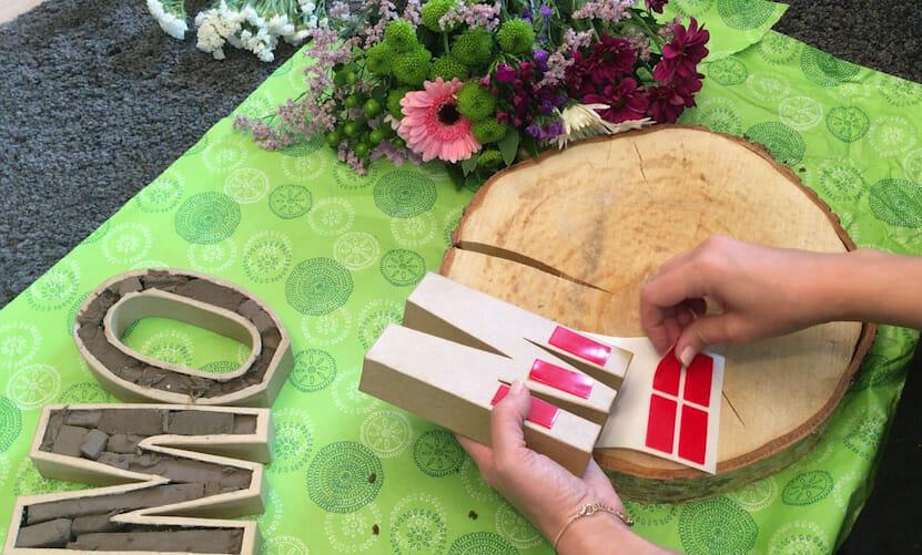 DIY Muttertagsgeschenk Klebeband aufbringen