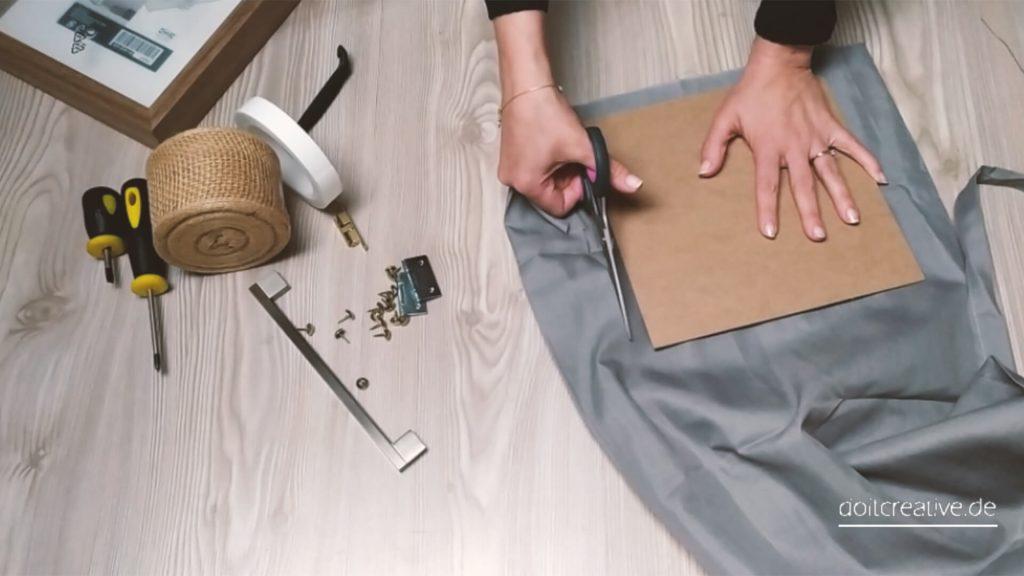 Stoff für Rückenverkleidung ausschneiden